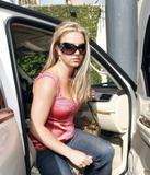 th_02371_brit061sandino_122_177lo - Britney Spears va mieux, son décolleté aussi