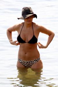 http://img242.imagevenue.com/loc372/th_672069439_lara_bingle_bikini_sydney_03_830x1245_122_372lo.jpg