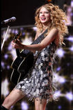http://img242.imagevenue.com/loc394/th_19470_Taylor_Swift___Performs_live_in_concer_0009_122_394lo.jpg